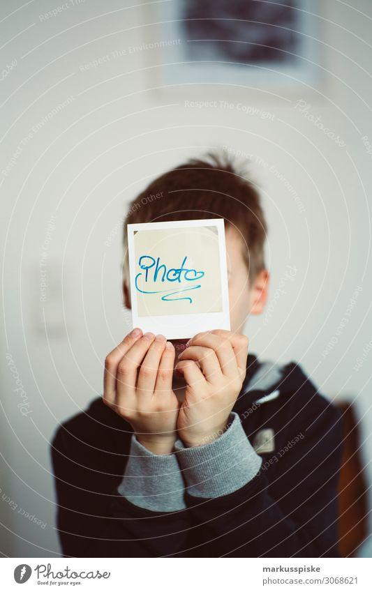 Junge mit analog Polaroid Instant Foto Stil Design Schreibtisch Büro Medien trendy retro 75mm Camera antique aperture Hintergrundbild black body boy child