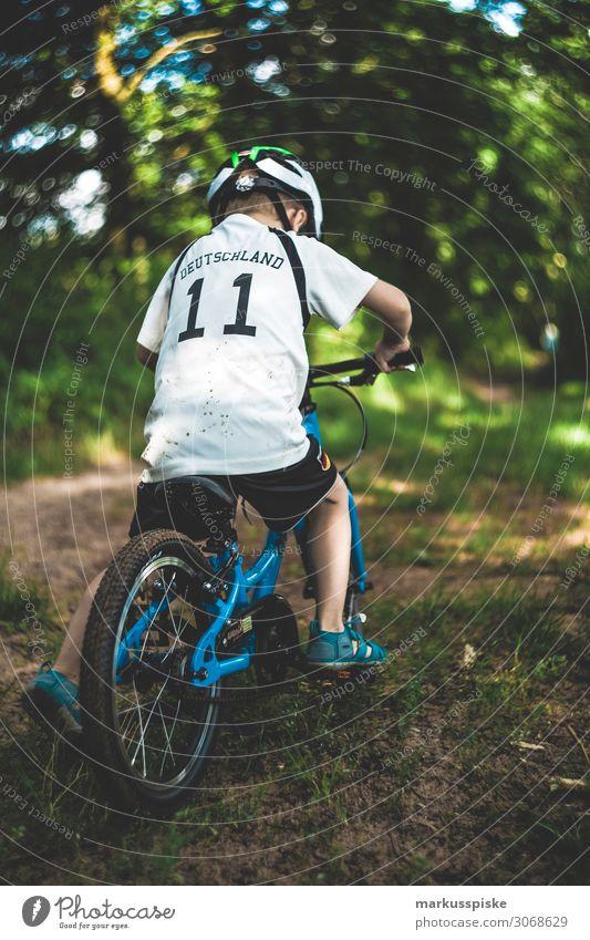 Junge mit Mountainbike im Wald Kind Mensch Natur Landschaft Baum Freude Ferne Gesundheit Lifestyle Beine Tourismus Spielen Freiheit Fuß