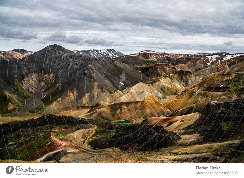 Mountain range in the Icelandic highlands Natur Landschaft Erde Sand Luft Wolken Berge u. Gebirge Gipfel Schneebedeckte Gipfel Vulkan schön Ferne Farbfoto