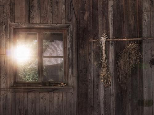 lebensabend Natur Urelemente Sonne Sonnenaufgang Sonnenuntergang Sonnenlicht Hütte Gebäude Fenster alt bescheiden Hoffnung demütig Landwirtschaft Überleben