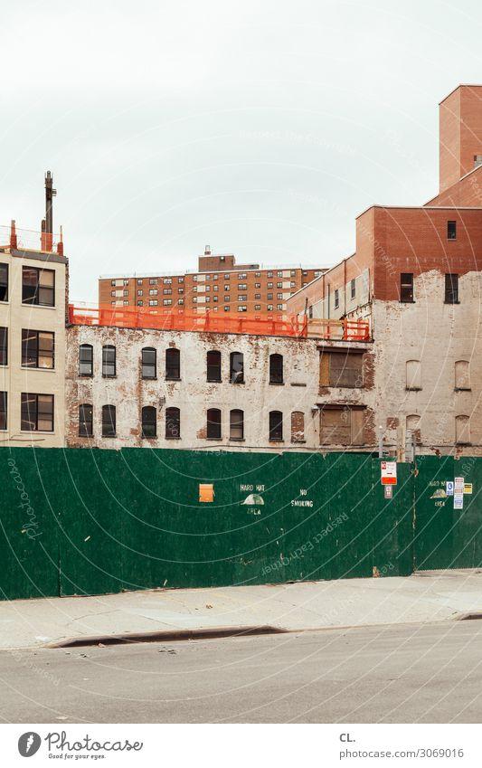 hard hat area Baustelle Himmel New York City Stadt Menschenleer Haus Hochhaus Bauwerk Gebäude Architektur Mauer Wand Verkehrswege Straße Wege & Pfade Barriere