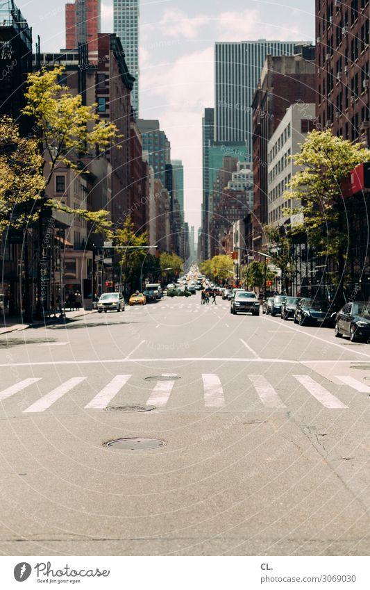 manhattan Himmel Schönes Wetter New York City Manhattan USA Stadt Stadtzentrum Hochhaus Verkehr Verkehrsmittel Verkehrswege Straßenverkehr Autofahren Fußgänger
