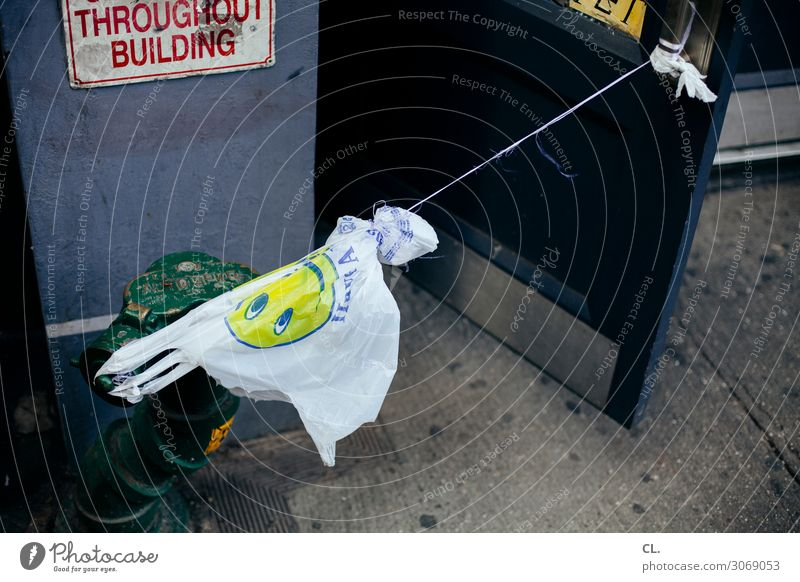 stresstest Arbeitsplatz Dienstleistungsgewerbe New York City Stadt Tür Kunststoffverpackung Boden Hydrant Schnur Plastiktüte Zeichen Smiley authentisch lustig