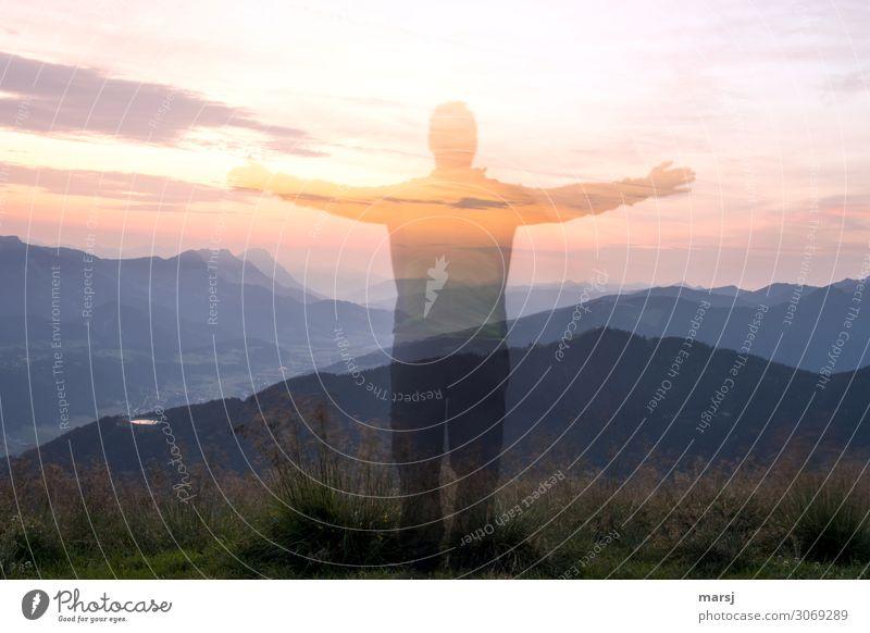 nebulös | e Erscheinung zum Sonnenaufgang Mensch Himmel Natur Mann Wolken Berge u. Gebirge Erwachsene außergewöhnlich maskulin leuchten träumen Schönes Wetter