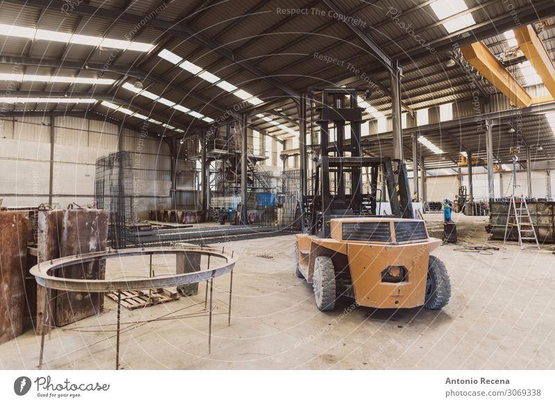 Gabelstapler im Werk Arbeit & Erwerbstätigkeit Arbeitsplatz Fabrik Werkzeug Pflanze Fahrzeug Beton Stahl authentisch dreckig Betonwerk parken Konstruktion