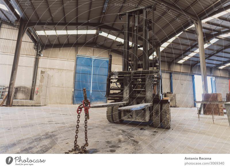 Gabelstapler im Werk niemand Arbeitsplatz im Weitwinkelbild Arbeit & Erwerbstätigkeit Fabrik Werkzeug Pflanze Platz Fahrzeug authentisch dreckig Betonwerk
