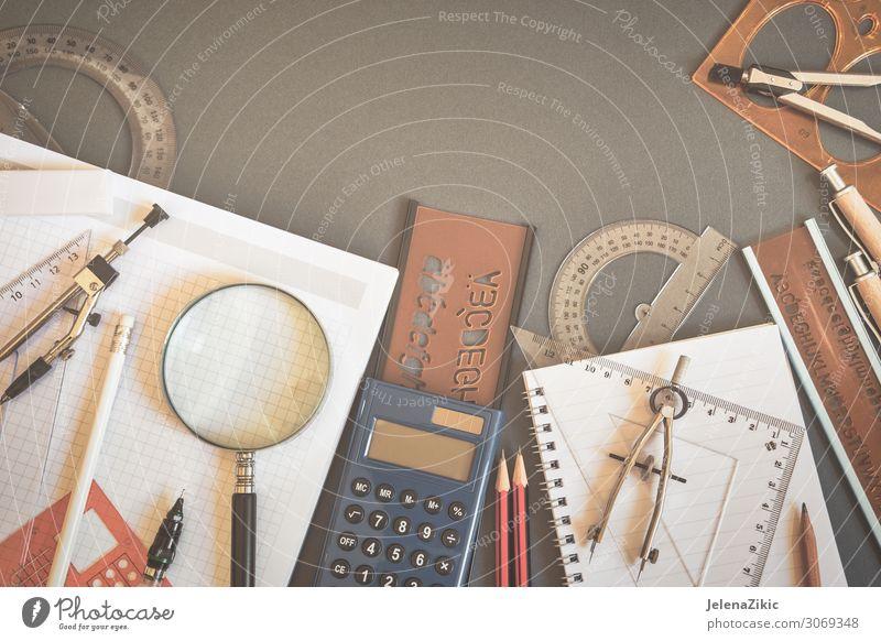 Ausbildung oder zurück zum schulischen Hintergrund Design Schreibtisch Schule lernen Klassenraum Schüler Studium Arbeitsplatz Büro Business Werkzeug