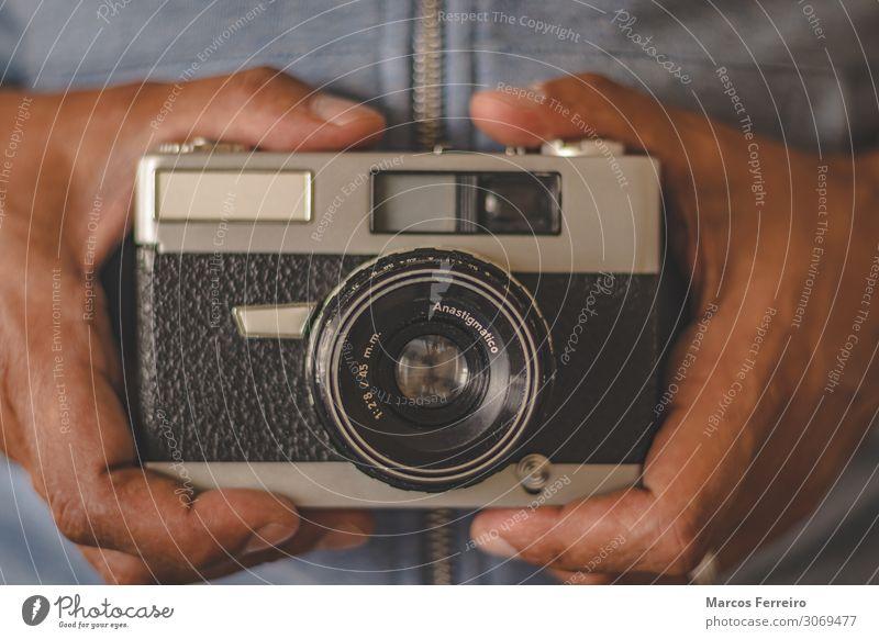 Vintage-Fotokamera in der Hand Lifestyle schön Freizeit & Hobby Dekoration & Verzierung Technik & Technologie Mensch Erwachsene Metall alt retro Aussicht Rahmen