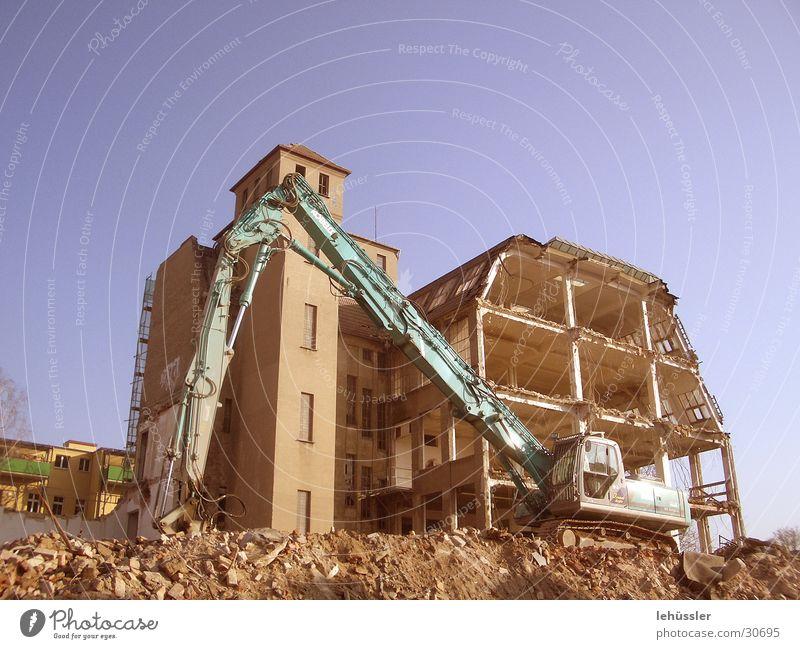 haus gegen bagger Haus Stein Architektur Etage Ruine Müll Demontage Bagger Bauschutt roh Projektil