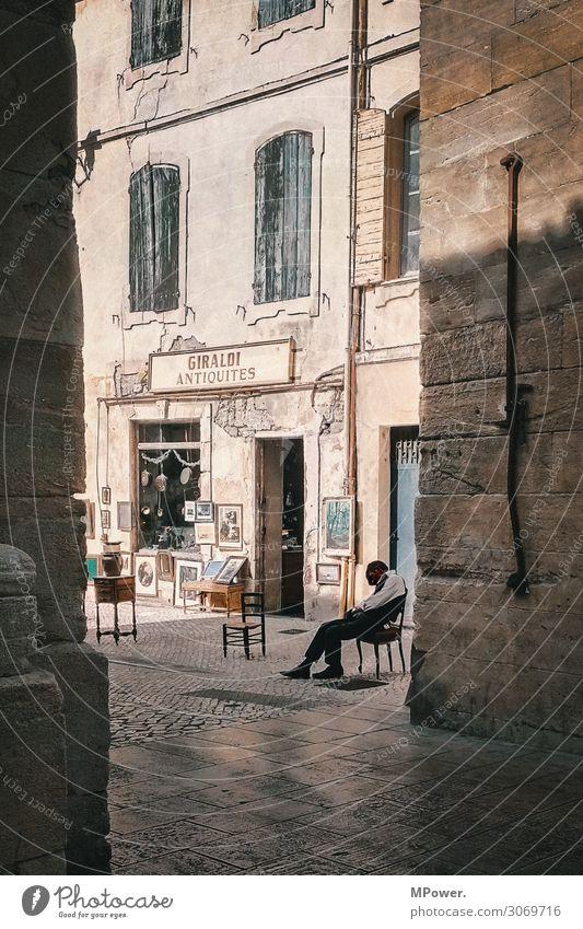 französischer powernap Mensch Mann Erwachsene 1 Dorf Stadt Haus sitzen schlafen Frankreich Altstadt Antiquitätenladen Antiquitätenhändler Idylle Franzosen