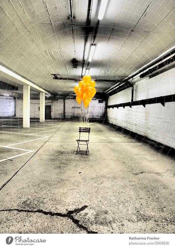 The beginning I Garage Tiefgarage Mauer Wand trashig gelb gold orange schwarz weiß Luftballon Stuhl Parkplatz Parkplatzbeleuchtung Raum Boden Bodenbelag Lampe