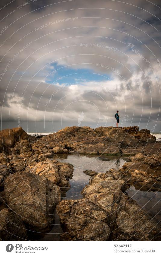 Weitblick weitblick mann meer einsam spaziergang solitaire steine steinernes meer atlantik Strand wetter wolken gewitter küste himmel Außenaufnahme Wasser