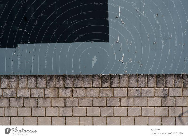 Graue Plakatwand und Mauerkante Wand Papier eckig kaputt Kante Poster leere Plakatwand Fetzen Papierfetzen Riss Papierschnipsel abblättern Papierreste