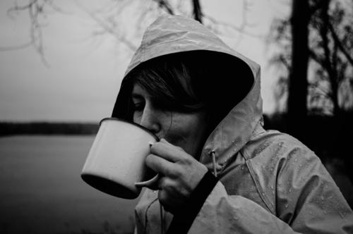 warm your neck, cause science is real Ferien & Urlaub & Reisen Natur Einsamkeit dunkel Herbst Wärme kalt Regen wandern warten Kaffee Getränk trinken Tee Tasse