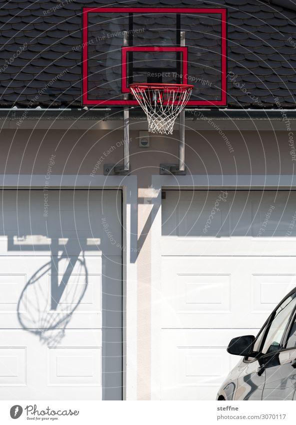 Basketball Sport Fitness Sport-Training PKW Bewegung Basketballplatz Garage streetball Basketballkorb Farbfoto Außenaufnahme Textfreiraum unten