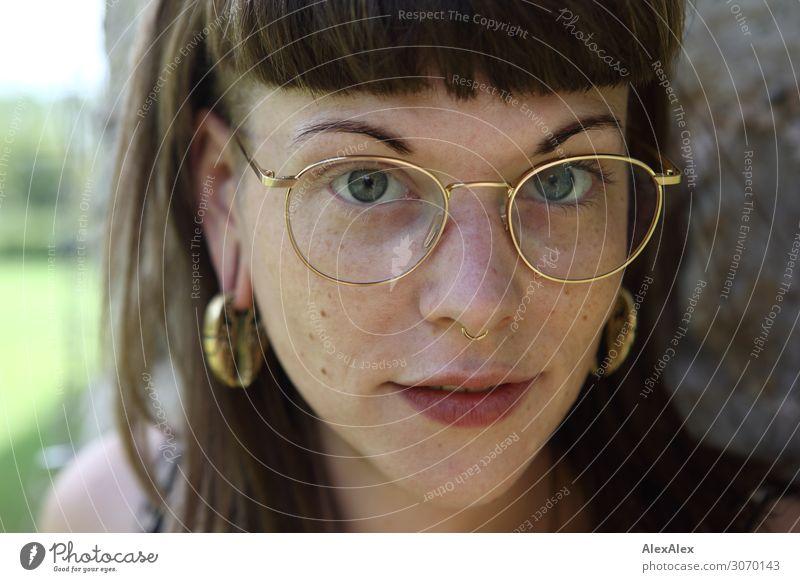 Portrait einer jungen Frau - Durchblick Lifestyle Stil schön Leben Junge Frau Jugendliche 18-30 Jahre Erwachsene Ohrringe Brille brünett langhaarig beobachten