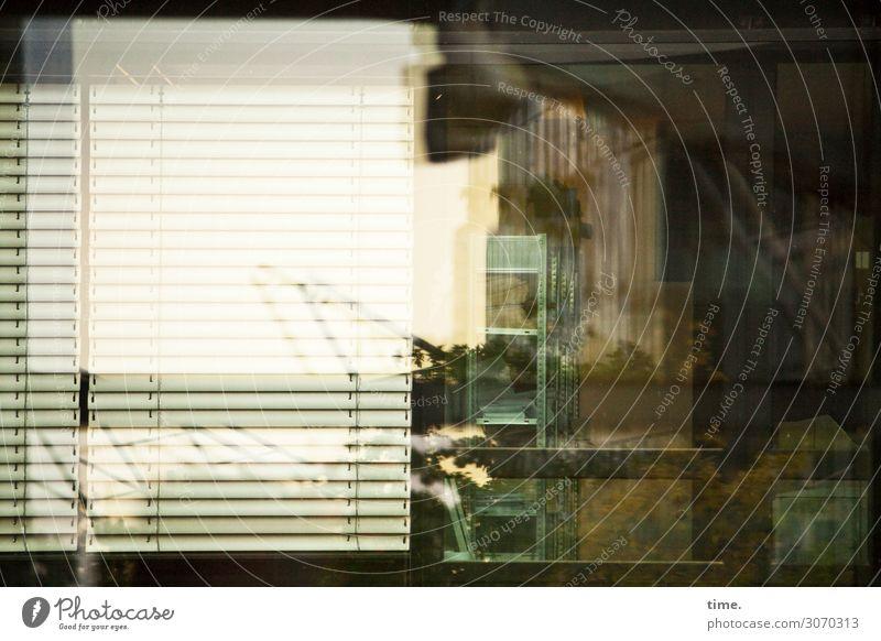 urbanes | nebulös Haus Architektur Fassade Fenster Jalousie Vorhang Beton Glas Zusammensein Leben Neugier Interesse Endzeitstimmung Gefühle geheimnisvoll