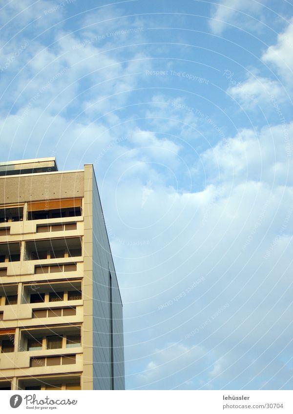 platte mit horizont Himmel weiß blau Wolken Gebäude Architektur Osten Plattenbau