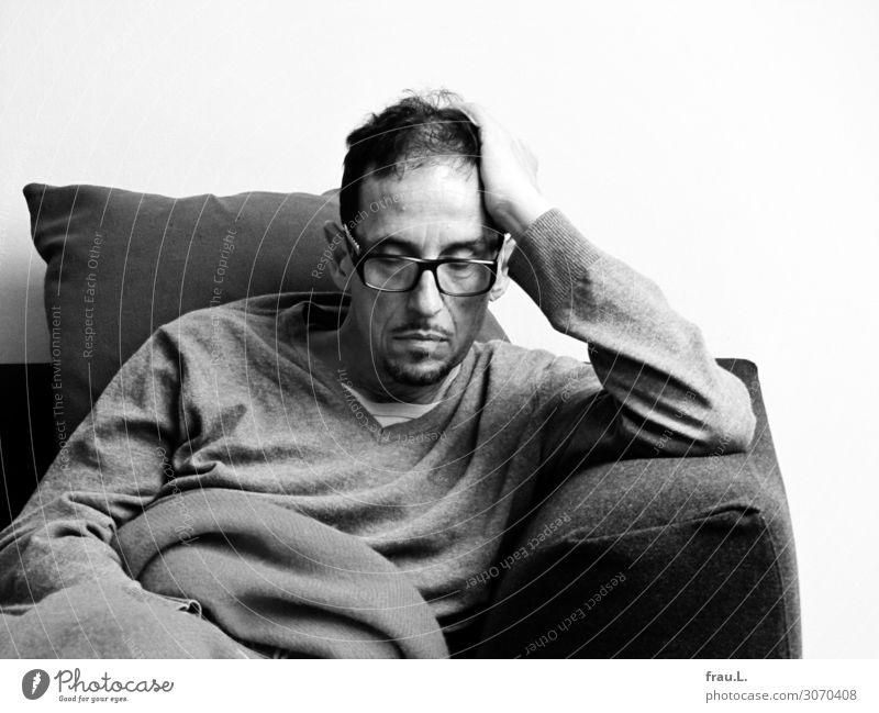 Sehr müde Mensch Mann alt Erholung ruhig Erwachsene Haare & Frisuren Häusliches Leben maskulin träumen 45-60 Jahre sitzen authentisch Brille schlafen Sofa