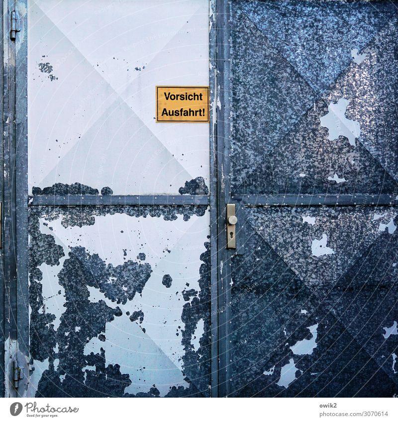 Kampfspuren Garage Garagentor Einfahrt Verkehr Blech Metall Schriftzeichen Schilder & Markierungen Hinweisschild Warnschild trist Stadt blau gelb schwarz