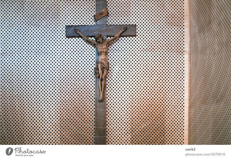 Lebenszeichen Christliches Kreuz Kruzifix Jesus Christus Holzwand hängen alt glänzend Hoffnung Glaube demütig Religion & Glaube Loch Farbfoto Innenaufnahme