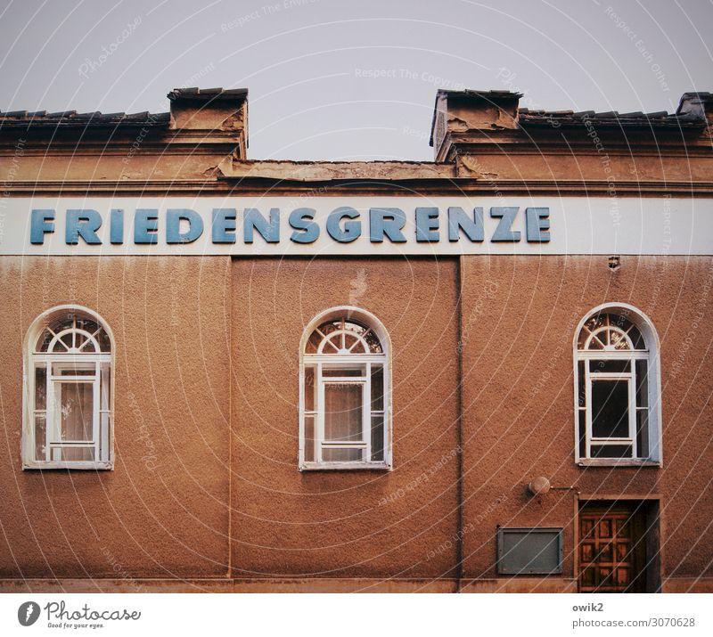 Als die Welt noch übersichtlich war Himmel Görlitz Sachsen Deutschland Kleinstadt Haus Mauer Wand Fassade Fenster Tür Schriftzeichen retro trist stagnierend