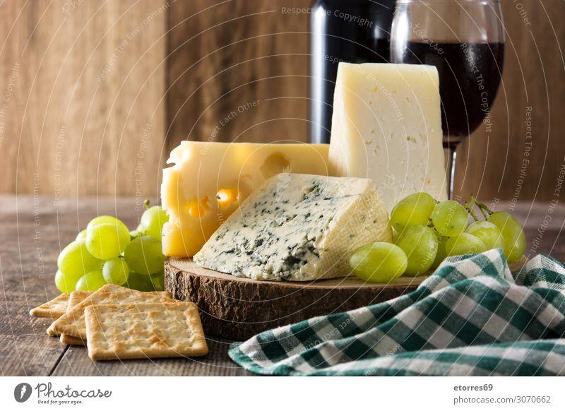 Sortiment an Käse und Wein auf Holztisch Lebensmittel Gesunde Ernährung Foodfotografie Getränk Alkohol Flasche Französisch Feinschmecker Blauschimmelkäse blau