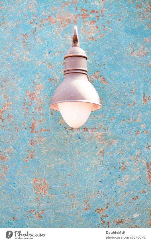 Schöne Lampe auf verrostetem Hintergrund Mauer Wand Metall Rost dreckig schäbig Laterne abblättern scheckig Fleck wettergegerbt verfallen verschlissen alt blau