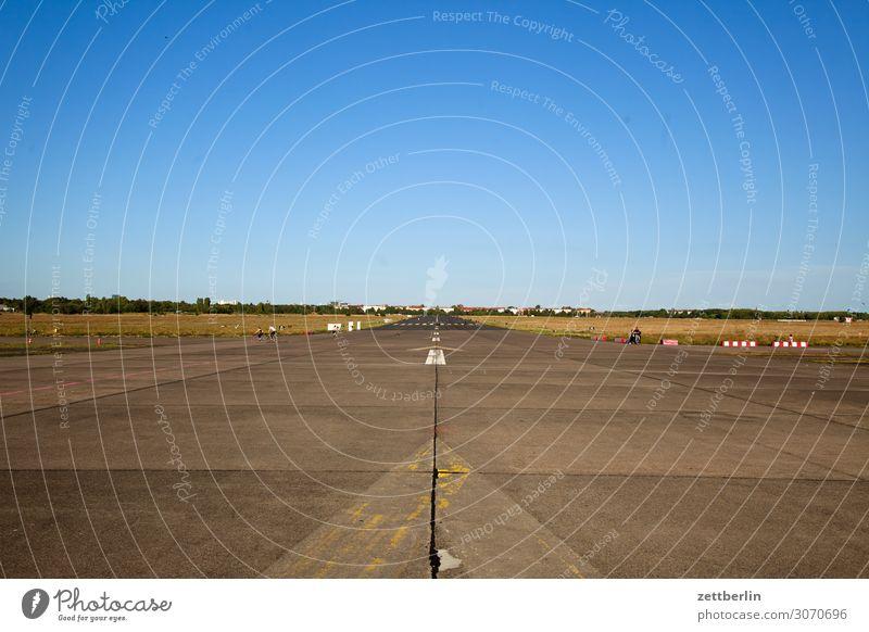 Tempelhof (etwas schief) Berlin Ferne Flugbahn Flughafen Flugplatz Freiheit Himmel Himmel (Jenseits) Horizont Menschenleer Landebahn Skyline Sommer Sonne