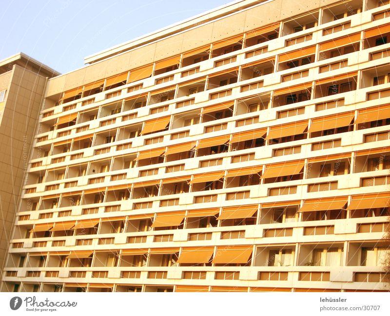platte Plattenbau Gebäude Balkon Raster Beton Architektur jalousinen orange Himmel Detailaufnahme Strukturen & Formen stylomat ...