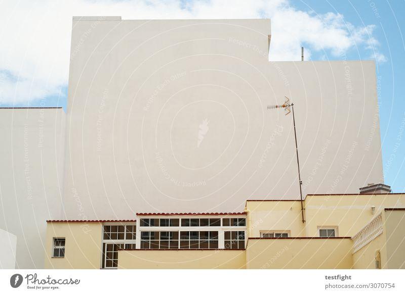 architektur Stadt Haus Hochhaus Industrieanlage Fabrik Bauwerk Gebäude Architektur Mauer Wand Fassade Balkon Terrasse Dach bauen Antenne Himmel eckig Fenster