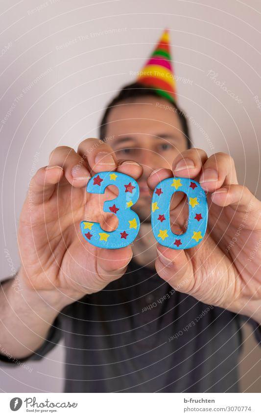 30er Entertainment Party Feste & Feiern Karneval Geburtstag Mann Erwachsene Gesicht Hand 1 Mensch 30-45 Jahre Hut Zeichen Ziffern & Zahlen wählen festhalten
