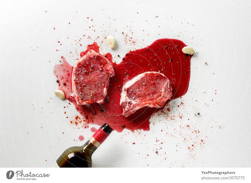 Kochen von Schweinesteaks mit Weinkonzept. Fleisch Kräuter & Gewürze Ernährung Mittagessen Abendessen Flasche Küche rot weiß obere Ansicht grillen Metzgerei