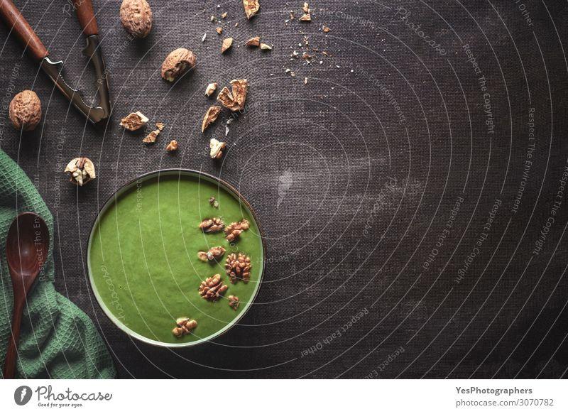 Spinat-Suppenteller mit Walnüssen. Gesunde Ernährung Gemüse Eintopf Kräuter & Gewürze Mittagessen Abendessen Vegetarische Ernährung Diät Schalen & Schüsseln