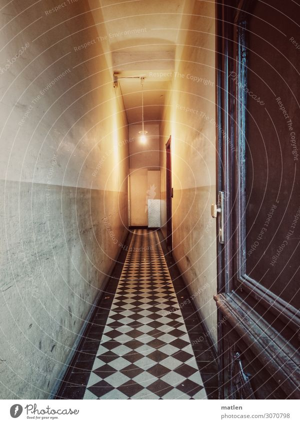 Berliner Altbau Stadt Hauptstadt Menschenleer Haus Mauer Wand Tür dunkel braun grau schwarz weiß Flur Fliesen u. Kacheln Glühbirne lang eng Farbfoto