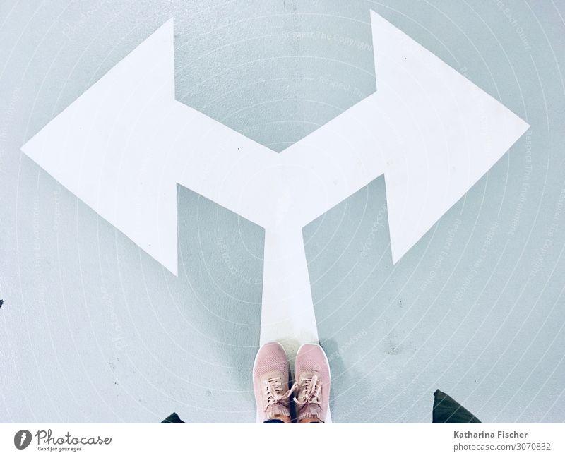 welche Richtung? Verkehrszeichen Verkehrsschild Schilder & Markierungen Hinweisschild Warnschild Graffiti stehen grau rosa weiß Wege & Pfade Wegweiser Straße