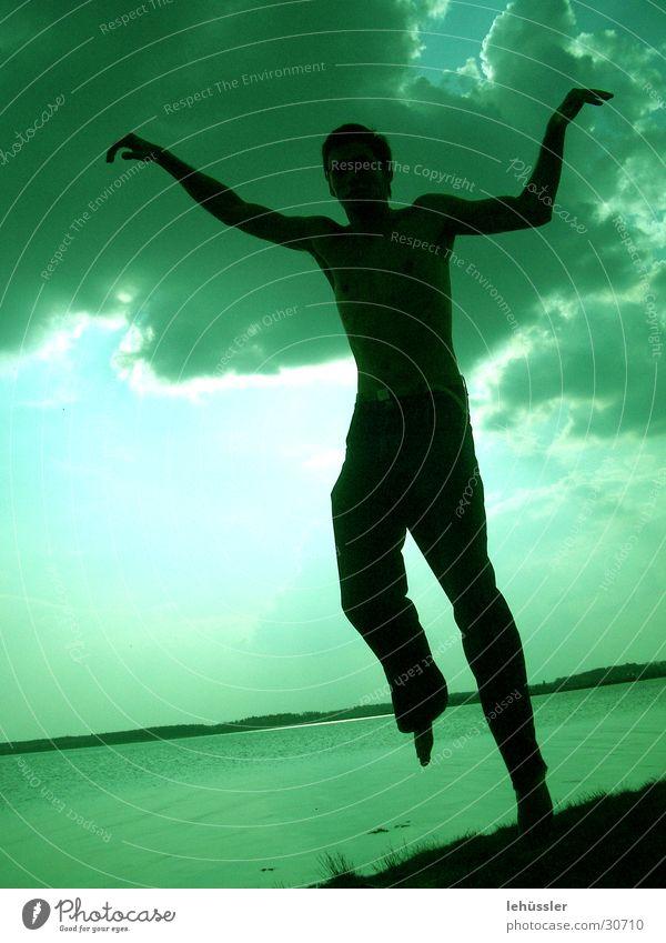 menschlicher kranich Mensch Mann grün Meer Wolken springen See maskulin Kranich Karate