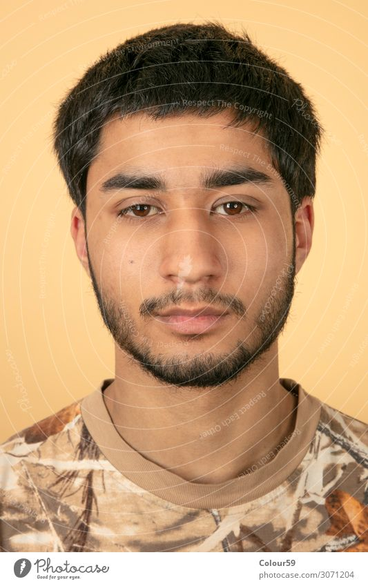 Portrait von jungem Mann Stil Mensch maskulin Junger Mann Jugendliche Kopf Gesicht Bart 1 18-30 Jahre Erwachsene Mode schwarzhaarig Vollbart Blick authentisch