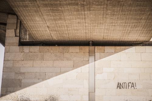 """""""Antifa""""-Graffiti an einer Wand in Dresden Park Menschenleer Brücke Aggression Senior Identität Krise Zukunft Antifaschismus widerstehen Widerstandskraft"""