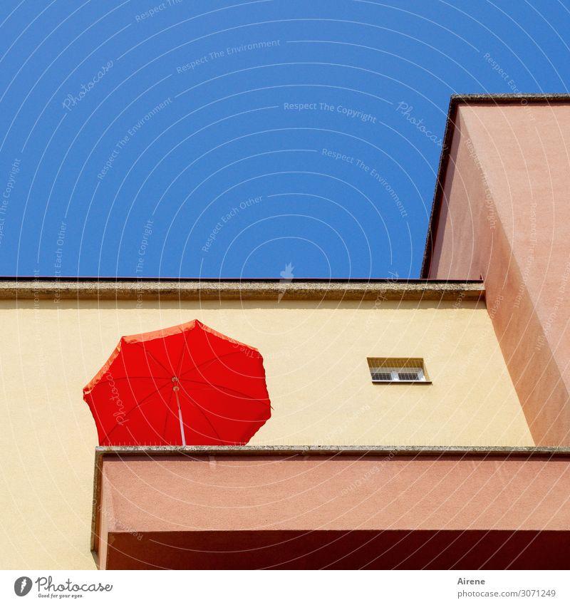 wertvoll | ein Platz an der Sonne Sommer Sonnenbad Häusliches Leben Dekoration & Verzierung Wolkenloser Himmel Menschenleer Fassade Balkon Sonnenschirm Erholung