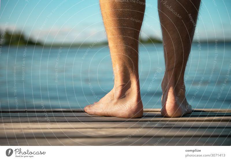 Mann steht Barfuß auf einem Holzsteg Jugendliche Sommer Junger Mann Sonne Erholung Strand Gesundheit Erwachsene Umwelt Küste Glück Gesundheitswesen Fuß See