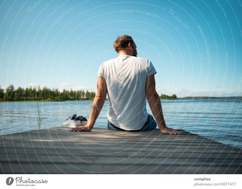 Mann sitzt auf Holzsteg am See in Finnland Ferien & Urlaub & Reisen Sommer blau Sonne Meer Erholung ruhig Ferne Strand Gesundheit Erwachsene Küste Glück