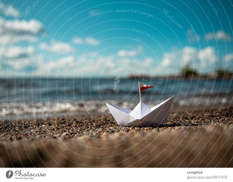 Boot aus Papier am Sandstrand Kind Ferien & Urlaub & Reisen Sommer Erholung Freude Reisefotografie Strand Religion & Glaube Tourismus Spielen Freiheit