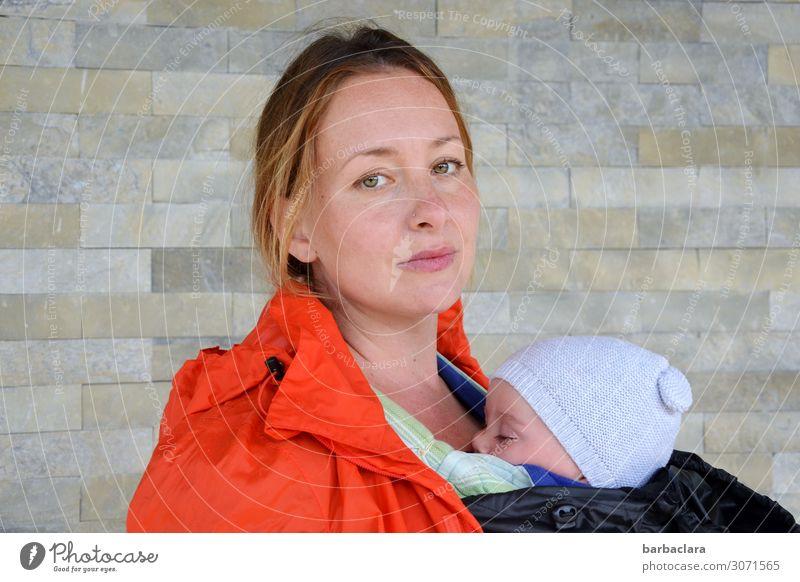 wertvoll | Körperkontakt und Geborgenheit Baby Frau Erwachsene Mutter Leben 2 Mensch Regen Mauer Wand Fassade Regenjacke Babytragetuch Mütze schlafen stehen