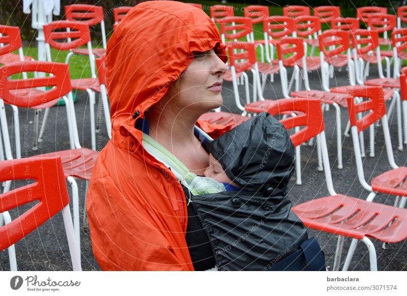Wind und Wetter trotzen Frau Mensch Erwachsene Umwelt orange Stimmung Regen Park sitzen Baby warten Mutter Stuhl Veranstaltung Konzert Vorfreude