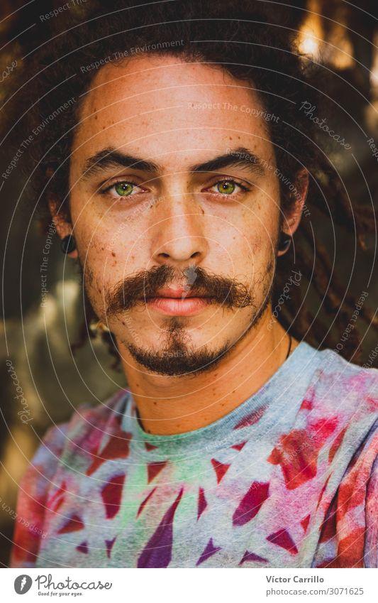 Ein junger Mann mit grünen Augen Portrait Lifestyle Freude Glück schön Erholung Tourismus Sommer Strand Frau Erwachsene Freundschaft Jugendliche Fröhlichkeit