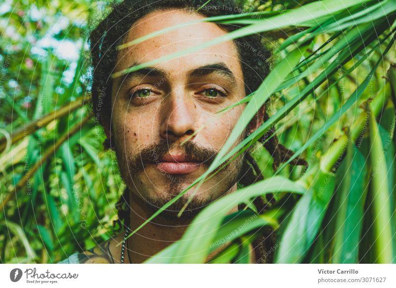 Ein gutaussehender Mann mit grünen Augen und vegetativem Hintergrund. Lifestyle Freude Glück schön Erholung Tourismus Sommer Strand Frau Erwachsene Freundschaft