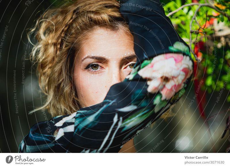 Eine schöne junge Frau mit vegetativem Hintergrund. Lifestyle Freude Glück Erholung Tourismus Sommer Strand Erwachsene Freundschaft Jugendliche Fröhlichkeit