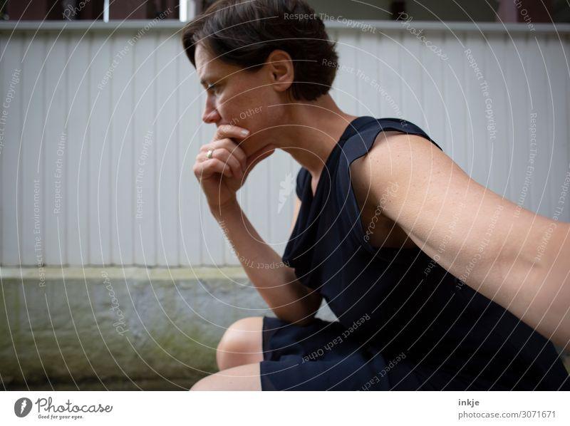 Langarmselbstportrait Lifestyle Frau Erwachsene Leben Gesicht Arme Hand 1 Mensch 30-45 Jahre Kleid Sommerkleid brünett kurzhaarig Denken hocken Traurigkeit