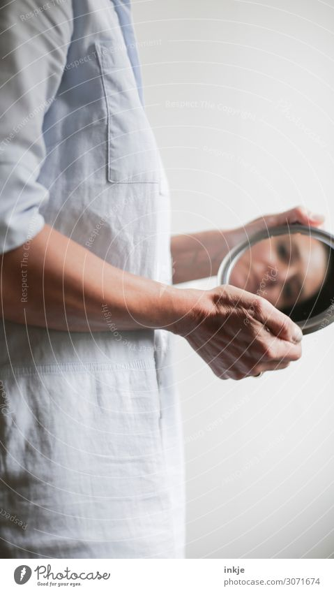 Spiegelbild Frau Erwachsene Leben Gesicht Arme Hand 1 Mensch 18-30 Jahre Jugendliche 30-45 Jahre festhalten Blick authentisch außergewöhnlich Identität